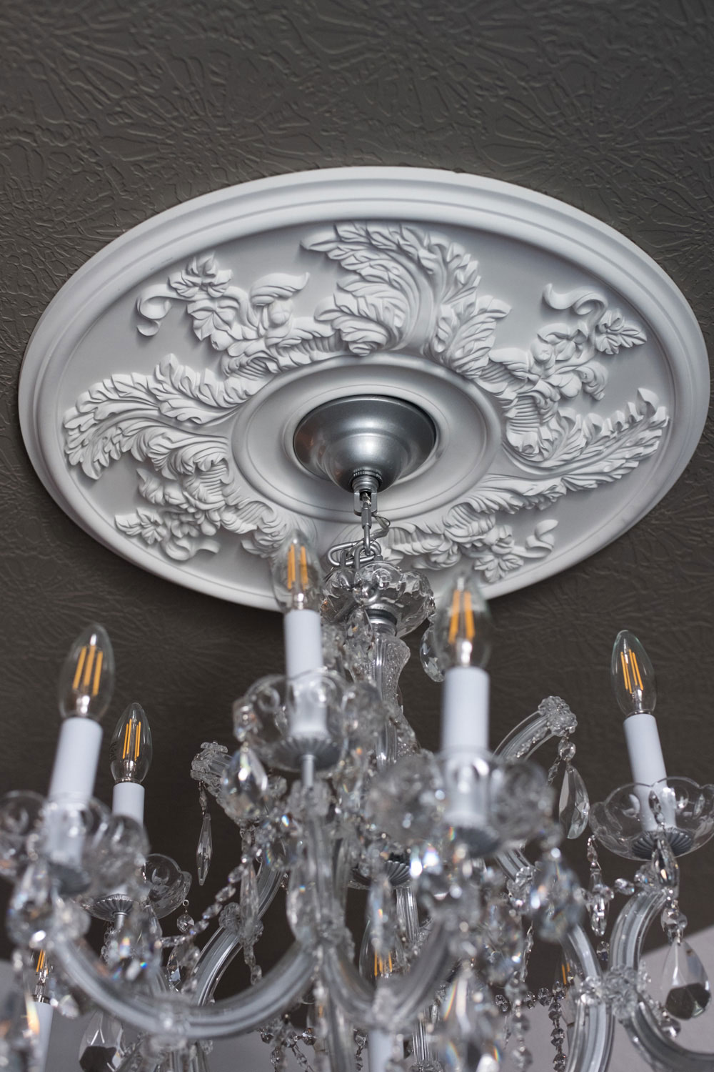 Acanthus Twist Ceiling Medallion With Chandelier